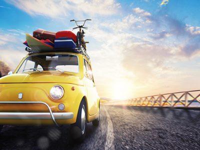 Letnie akcesoria. Co może się nam przydać w podróży? Powoli zaczyna się sezon wakacyjny. Wiele rodzin uda się na wypoczynek swoimi samochodami. Przed wybraniem się w podróż warto przemyśleć to, jakie letnie akcesoria ze sobą zabierzemy. Najważniejszy problem, który związany jest z dłuższym wyjazdem stanowi bagaż, a raczej jego nadmiar. Jeżeli na wakacje wybierzemy się z całą rodziną zmieszczenie wszystkiego, co będziemy chcieli ze sobą zabrać, może być niewykonalne. Dlatego też na kilka dni przed podróżą dobrze będzie zrobić przegląd tego, co chcemy spakować do auta biorąc pod uwagę pojemność jego bagażnika. Jeżeli już skompletujemy cały bagaż, warto pomyśleć o jego rozmieszczeniu w samochodzie. Chodzi nie tylko o względy praktyczne, ale i oczywiście o nasze bezpieczeństwo. Źle zabezpieczony bagaż może się przesuwać podczas jazdy i spowodować zmianę środka ciężkości pojazdu, a co za tym idzie zmienić tor jazdy. Ponadto należy uważać, aby bagaż nie utrudniał nam prowadzenia auta i nie ograniczał widoczności świateł, kierunkowskazów i tablicy rejestracyjnej. Wielu z pośród producentów aut przykłada dużą wagę do tego, aby ich pojazdy były bardzo funkcjonalne. W tej grupie wyróżnia się chociażby Skoda, która proponuje kierowcom kilka ciekawych rozwiązań. Są to chociażby siatki, a nawet i ich zestawy na podłogę w bagażniku, które są w stanie przytrzymać praktycznie wszystko, w tym również i nasze letnie akcesoria. Zapobiega to ich przesuwaniu się po komorze. Wyjazd wakacyjny nie może się przecież obejść bez napojów. Jeżeli wzięliśmy dużo butelek, to biorąc pod uwagę kwestie bezpieczeństwa, nawet jeśli są wykonane z plastiku, lepiej zostawić je w bagażniku. Skoda zaproponowała w tymże celu specjalne organizery, w których możliwe jest umieszczenie butelek w pozycji pionowej. Organizery mogą być także wykorzystane do innych celów, np. do przewożenia tam różnorodnych drobiazgów, aby nie przesuwały się one podczas jazdy. Bagażnik każdej Skody może zostać wyposażony w siatki p